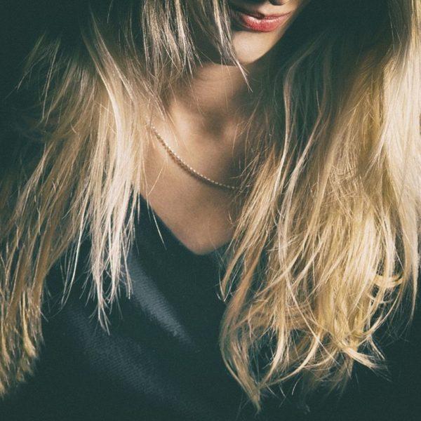 Pasemka blond na włosach – idealny pomysł na letnią fryzurę. Zobacz, jak uzyskać efekt modnych refleksów na włosach!